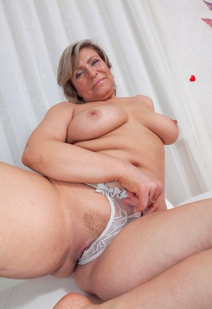 naked mom spreads ass